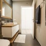 ארון אמבטיה מעוצב כולל משטח עץ וחזיתות צבע אפוקסי