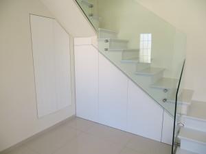 סגירת נישה מתחת לגרם המדרגות בדלתות נפתחות