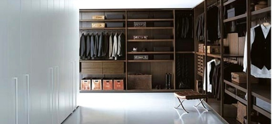 חדרי ארונות - דגם שני מישורים ארון פתוח מדפים ומגירות בגוון עץ כהה