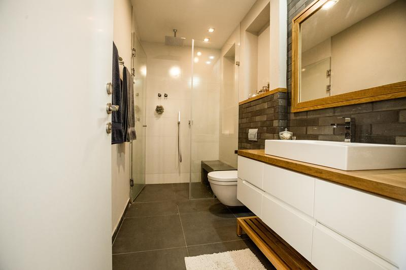 חדר אמבטיה מודרני עם ארון אמבטיה מעוצב